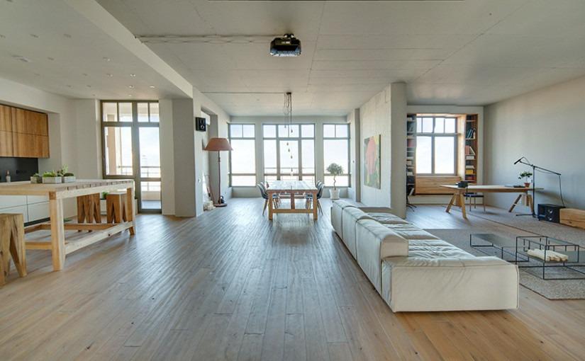 Ремонт квартиры, стиль лофт, деревянные полы, светлая комната, белые стены, современный ремонт