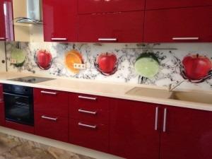 яркая кухня, красная кухня, стеклянный фартук
