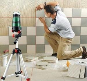 укладки плитки, лазер для укладки плитки, ремонт , мастер укладывает плитку