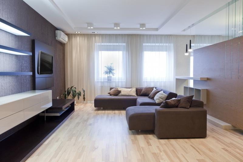 ламинат под интерьер гостиной, ремонт гостиной, коричневый диван