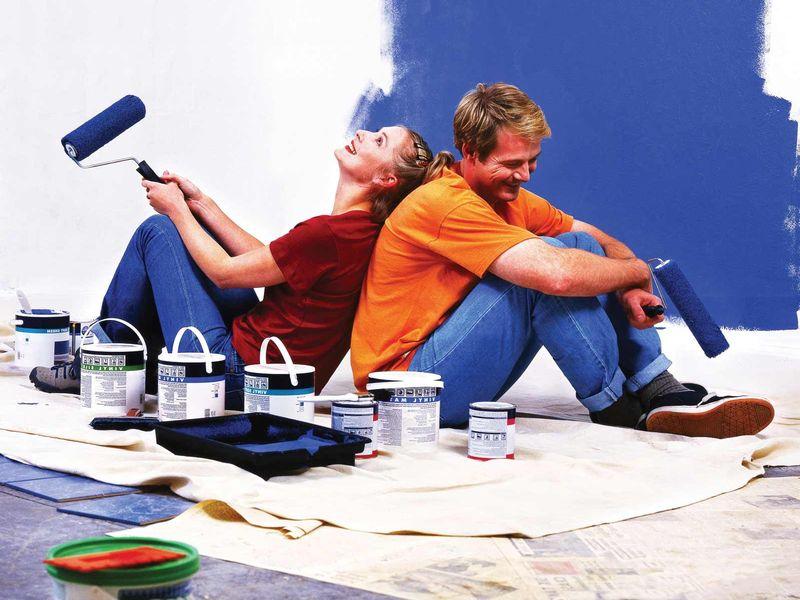 ремонт, мужчина с девушкой делают ремонт, покраска стен синий краской