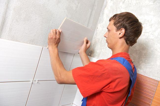 Укладка плитки на стены, мастер по плитке, плитка на стене, ремонт