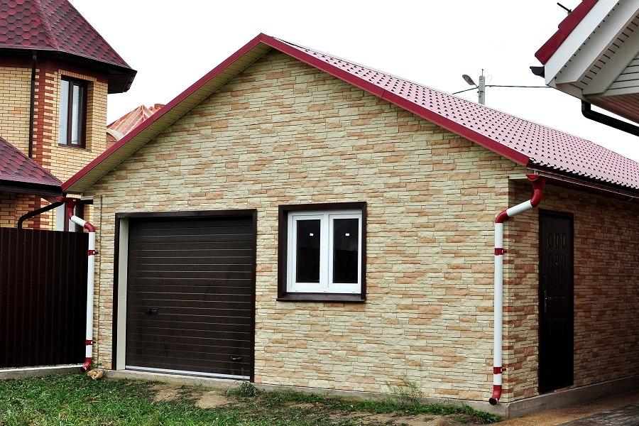 kirpichnyj-garazh-s-otdelkoj-pod-kamen