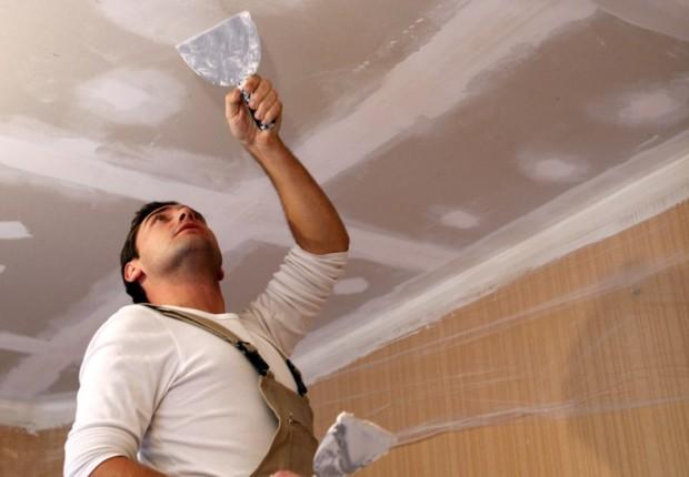 шпаклевка потолка, ремонт потолка, ремонт, мастер шпаклюет потолок