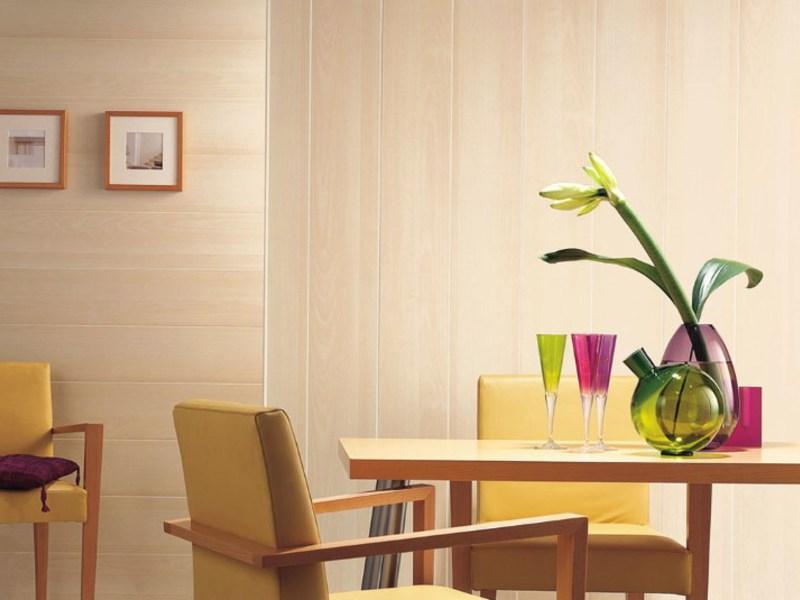 Стены из пластика, отделка пластиковыми панелями, ремонт, желтая ваза на столе, желтые кресла