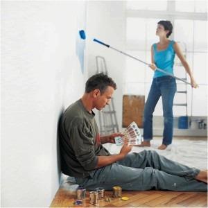 девушка красит стены, ремонт в квартире, как сэкономить на ремонте , мужчина считает деньги