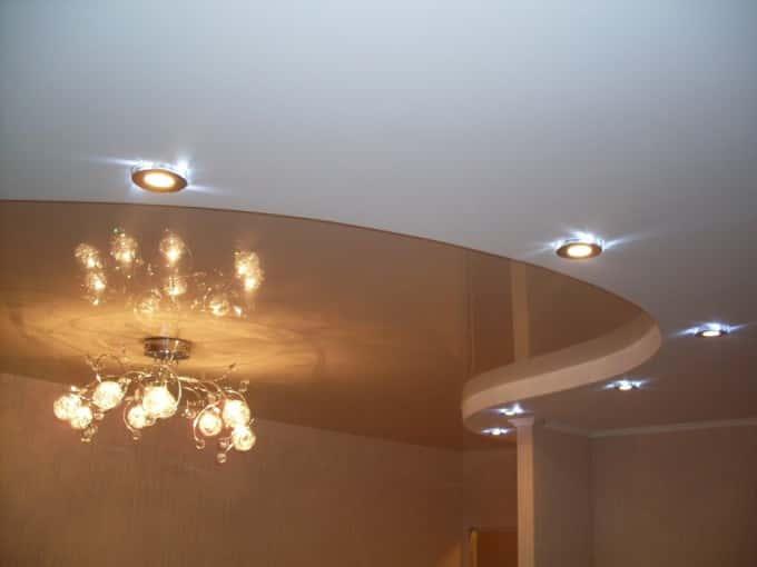 натяжной потолок глянцевый , двухуровневой , светильники в натяжной потолок