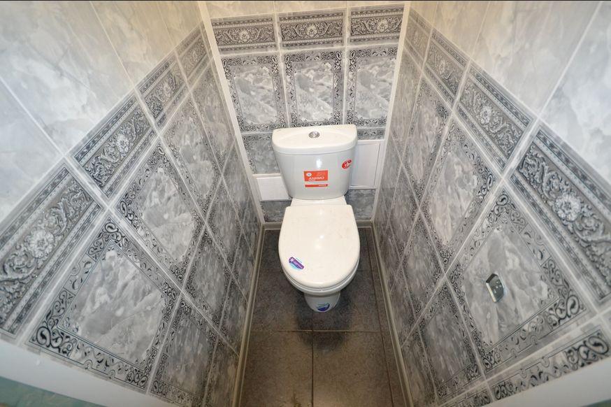 Пвх панели для туалета, ремонт в туалете, серые пвх панели