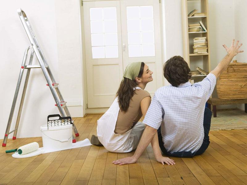 Молодая пара думает о ремонте квартире, ремонт комнаты