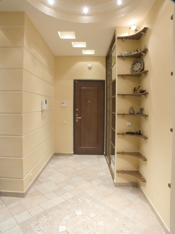 ремонт в прихожей, светлые обои в коридоре