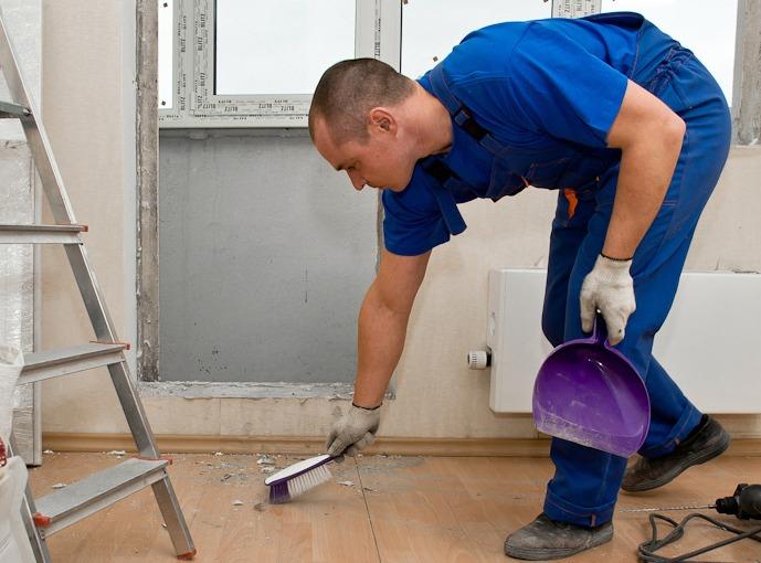 Ремонт, уборка после ремонта, специалист , мастер убирает квартиру после ремонта