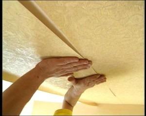 поклейка обоев на потолок, ремонт, обои на потолок