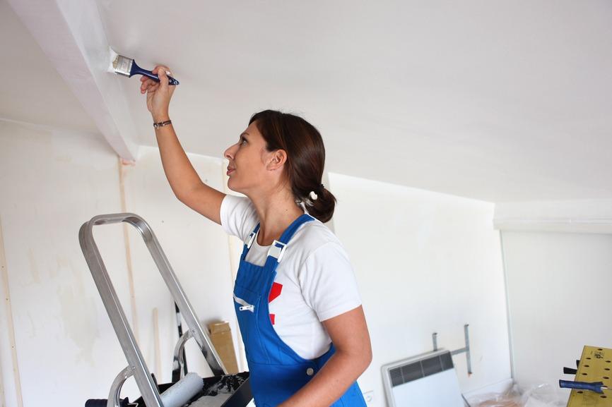покраска потолка, ремонт, ремонт потолка , девушка красит потолок кисточкой